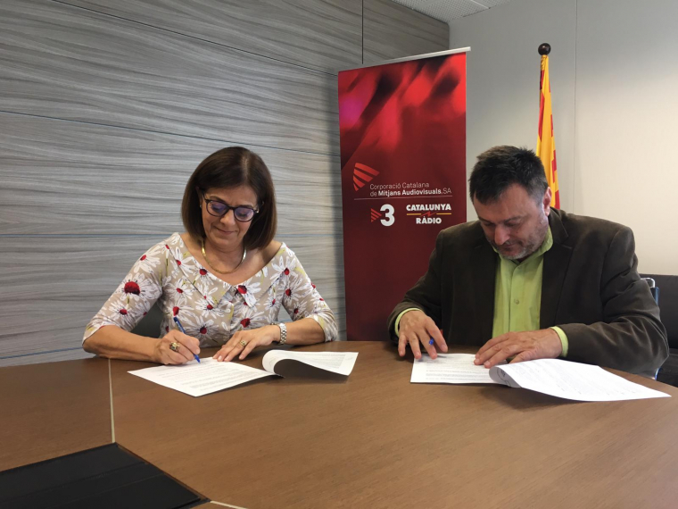 Núria Llorach i Salvacor Cot, en el moment de renovar l'acord de col·laboració