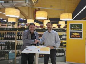 Salvador Cot, editor de Vadevi i Manel Prat, cap de Màrqueting i Comunicació en el moment de signar l'acord de col·laboració amb els Premis Vinari