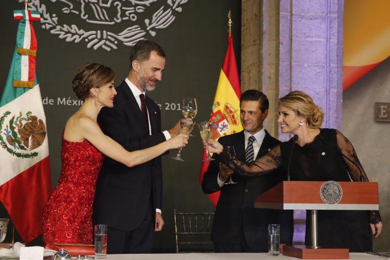 Els Reis d'Espanya brindant
