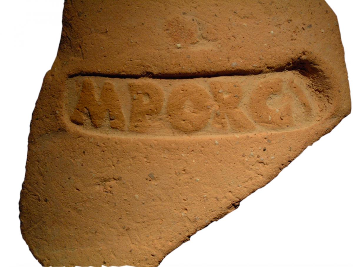 Detall de la marca M Porci de les àmfores de vi de la Baetulo romana