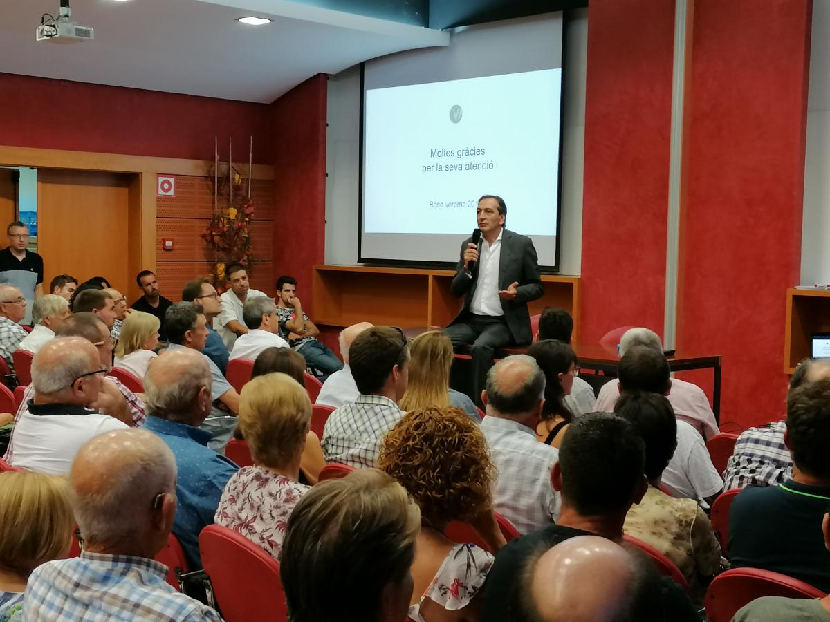 Josep Graells, president de Vallformosa es dirigeix als viticultors en la trobada de proveïdors