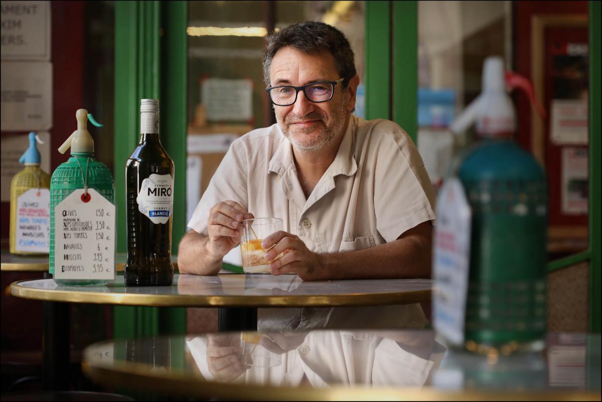 Toni Casares de la Sala Becket es pren un Vermut Miró amb el Tot Barcelona