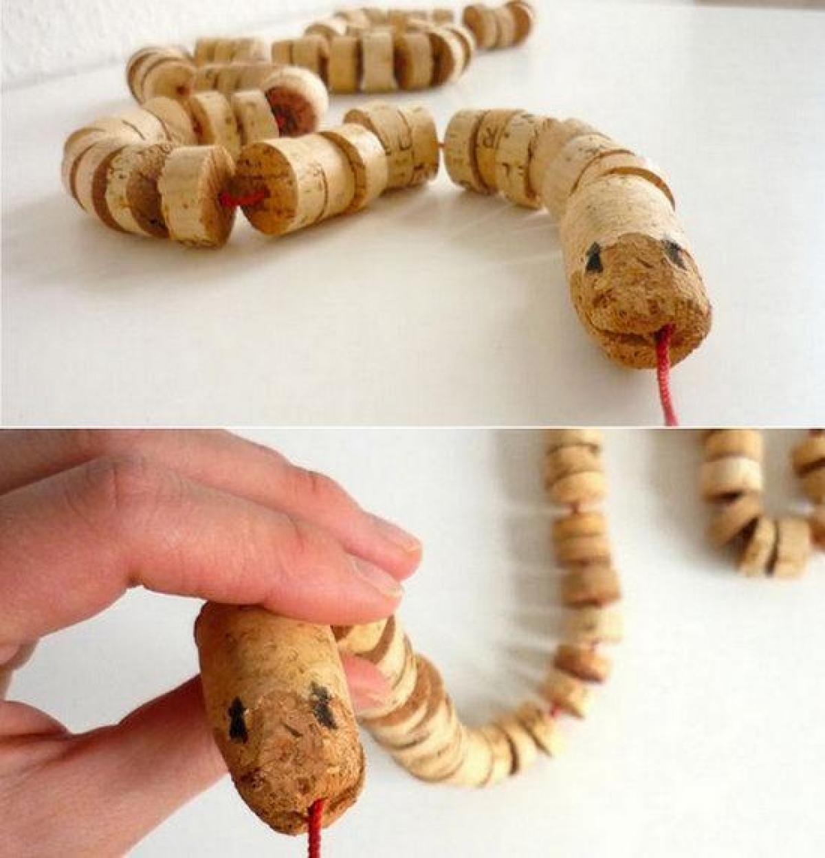 Una serp feta de taps de suro per jugar els més petits