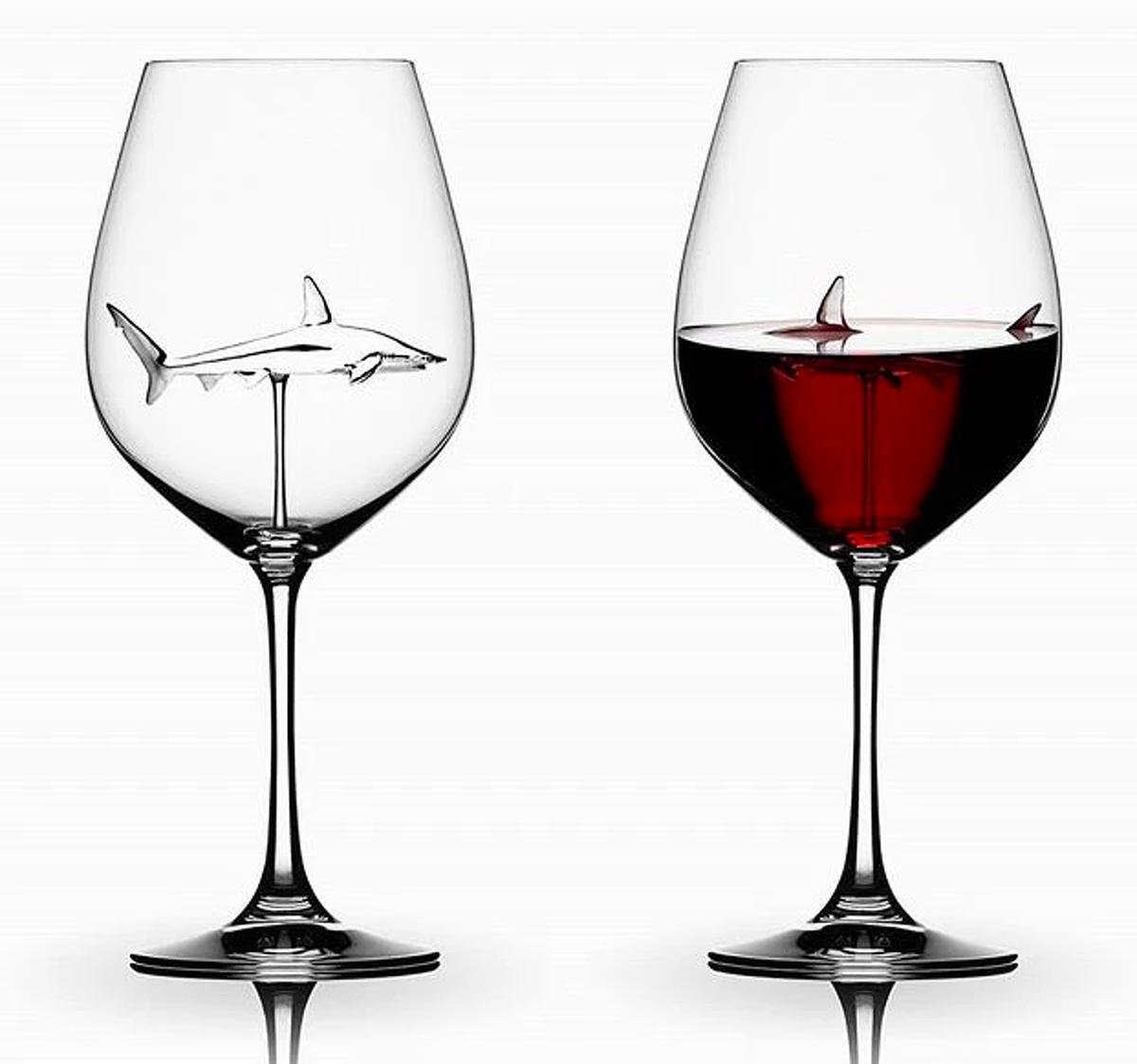 Copes de vi amb un tauró a dins