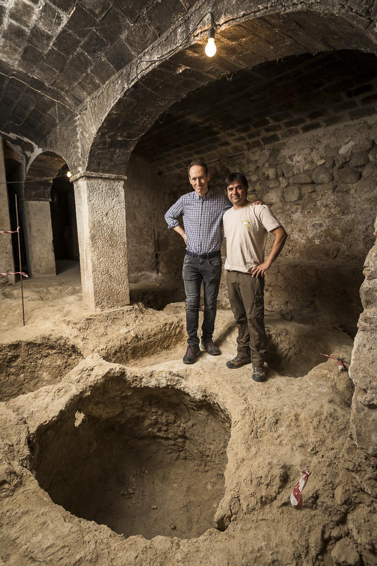 Miquel Torres i Xavier Esteve davant del descobriment arqueològic