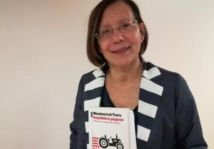 Montserrat Tura amb el seu llibre República Pagesa