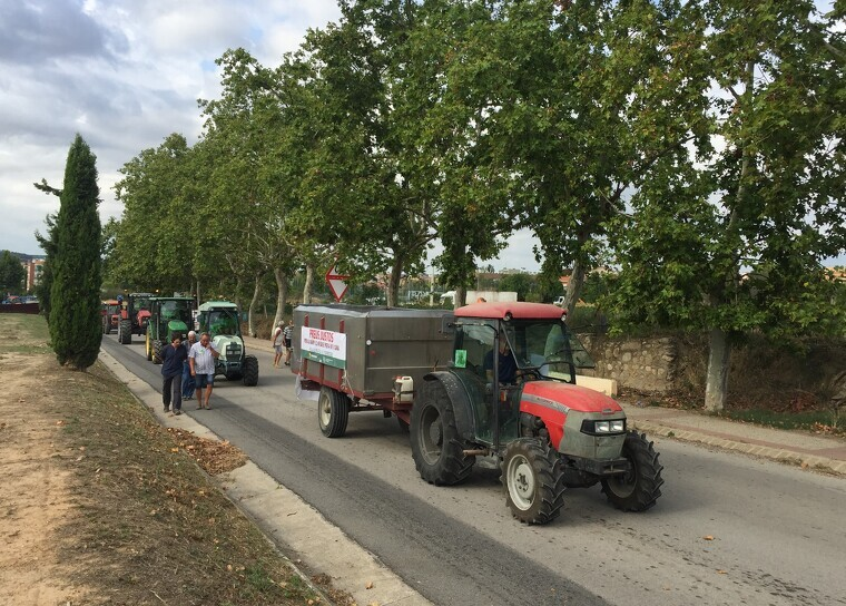 Els pagesos del cava protesten amb marxes lentes de tractors