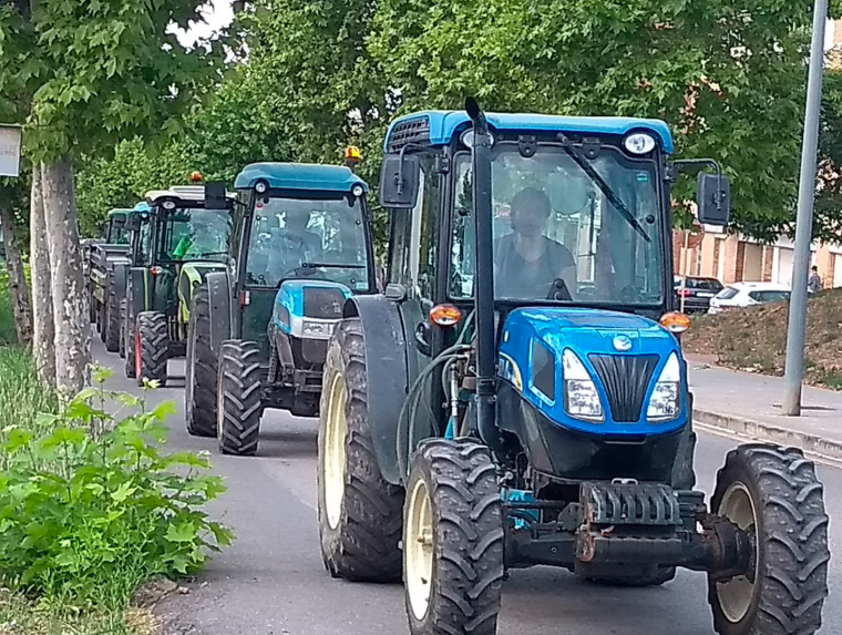 Els tractors mobilitzats al Penedès en la jornada de vaga dels viticultors