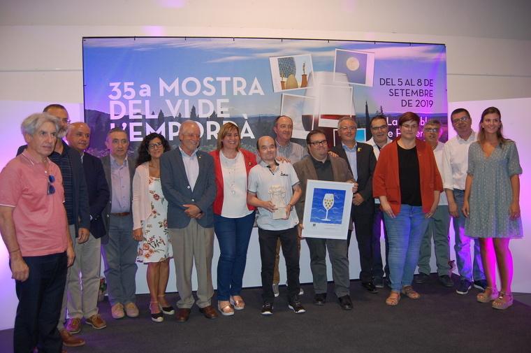 Fotografia de família de les autoritats amb els premiats Marc Testart i Joan Carles Sánchez, al centre.