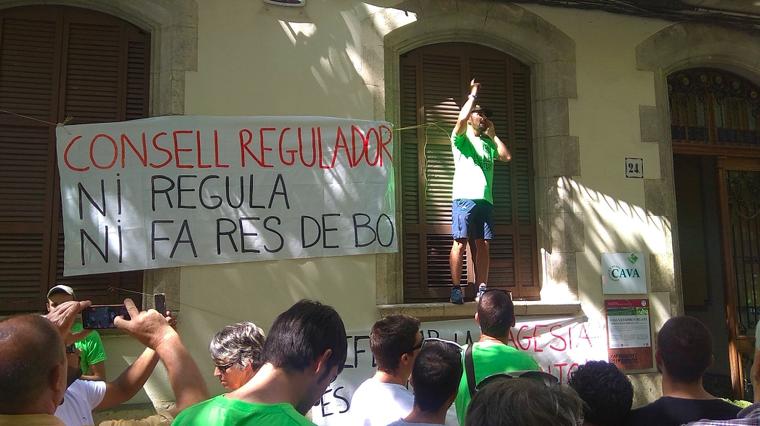 La protesta d'aquest dijous davant la seu del Consell Regulador del Cava