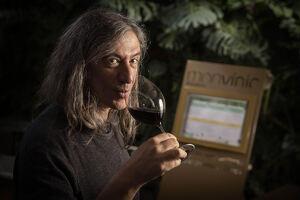 Gerard Quintana olora un vi negre durant l'entrevista amb El Món