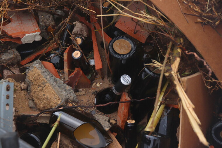 Restes de les ampolles que han quedat del celler Rendé Masdéu després del desbordament del riu Francolí
