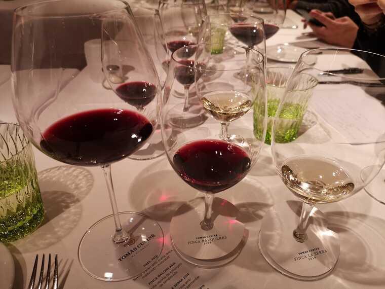 Durant el dinar amb la premsa es van servir els cinc vins de finca del celler Tomàs Cusiné