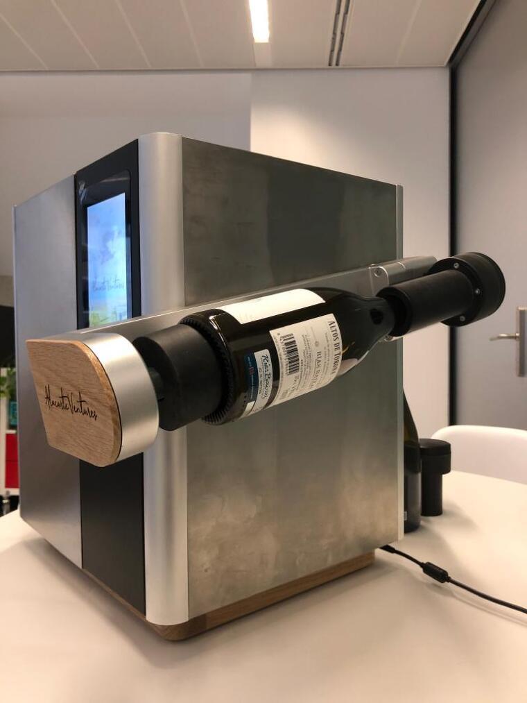 La màquina desalcoholitza sense treure ni el tap ni la càpsula