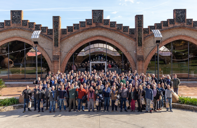 Foto de família de Codorníu amb viticultors de producció ecològica del Penedès