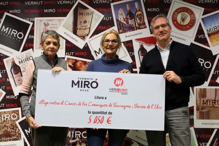 Lliurament dels 5.050 euros de Vermuts MIró a la Lliga Contra el Càncer