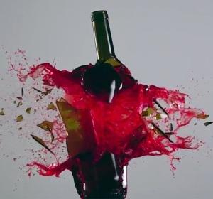 Ampolla de vi que es trenca