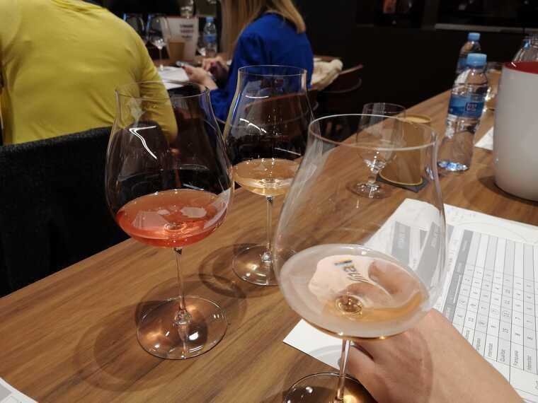 Els escumosos rosats del Barcelona Rosé a examen amb copes varietals