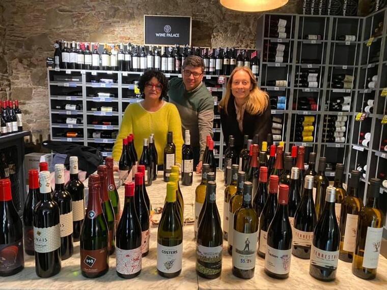 Les ampolles de vi d'onze cellers catalans que es van bescanviar per material creatiu