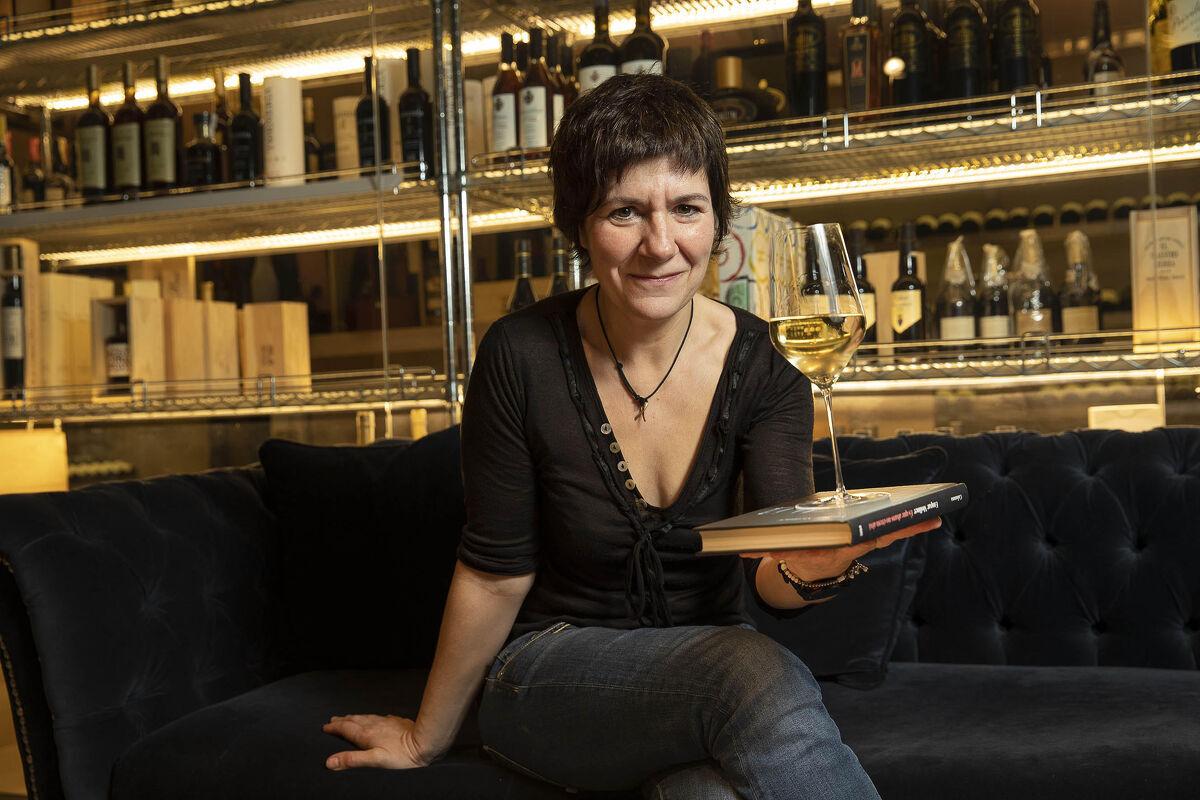Empar Moliner amb una copa de vi de la DO Catalunya