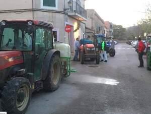 Pagesos de Santa Maria han desinfectat els carrers del municipi