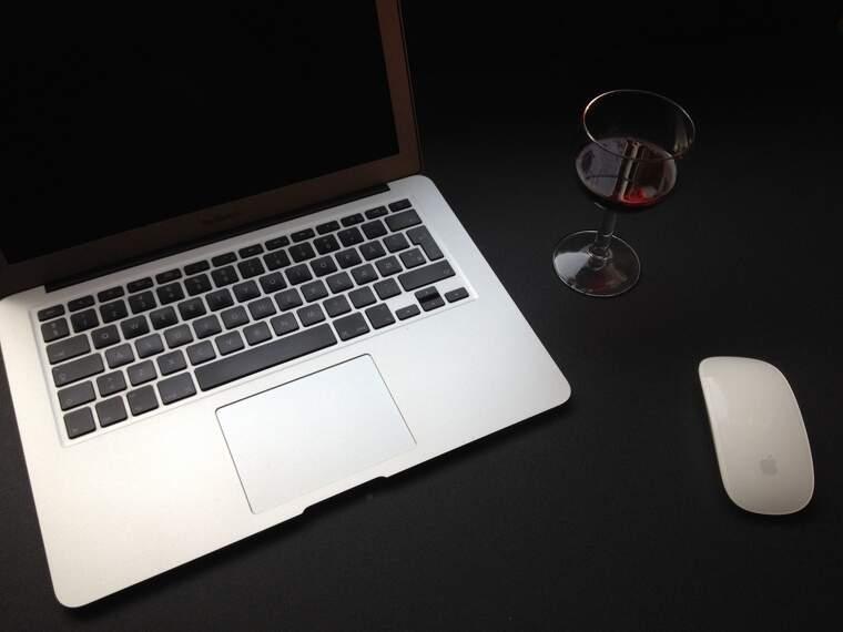 Es pot compartir una copa de vi amb amics a través de vídeo conferència