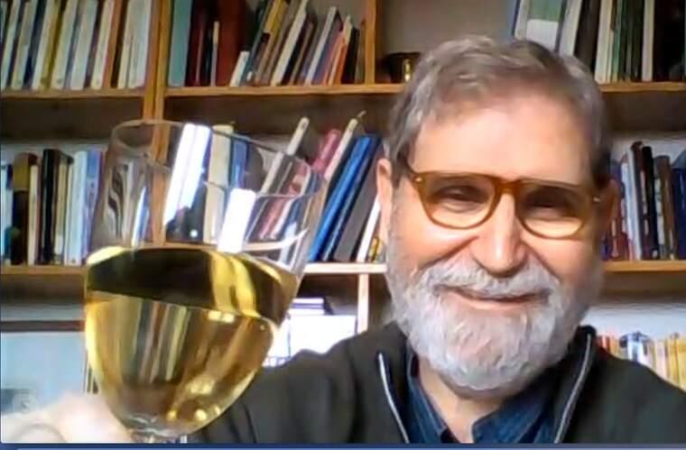 Ramon Solsona, es pren una copa de vi de la DO Catalunya confinat des de casa