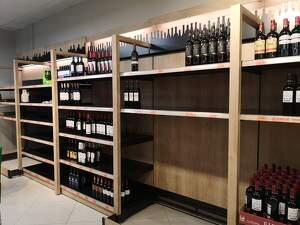Aquestes setmanes és normal veure prestatgeries de vi buides als supermercats