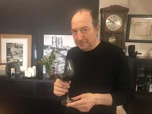 Vicent Sanchis, amb una copa de vi de la DO Catalunya per a l'entrevista del TOT Barcelona