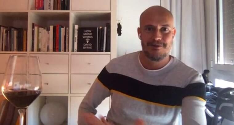 Guille Milkiway es pren una copa de vi de la DO Catalunya amb el Tot Barcelona