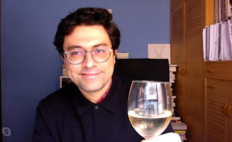 Jordi Nopca brindant amb una copa de vi DO Catalunya amb el TOT Barcelona, per videoconferència