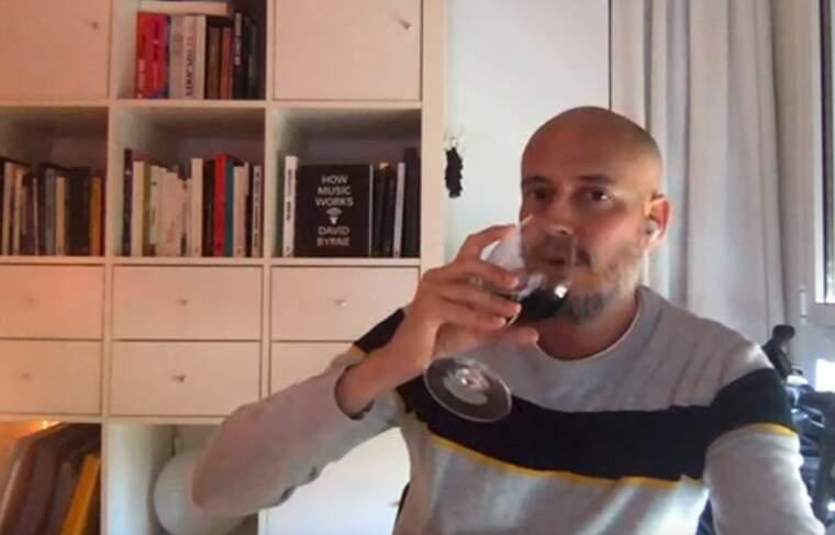 L'ànima de la Casa Azul diu que no en sap gaire de vi però que això no l'impedeix gaudir-lo