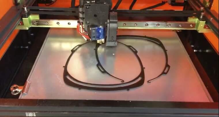 Les impressores 3D de Família Torres fabriquen material sanitari