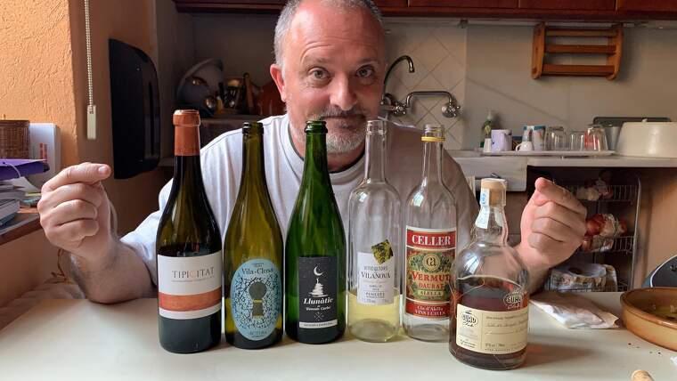 Toni Albà amb alguns dels vins que s'ha pres durant el confinament