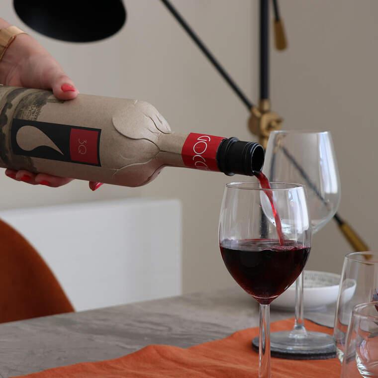 Aixi es serveix el vi amb un ampolla de cartró