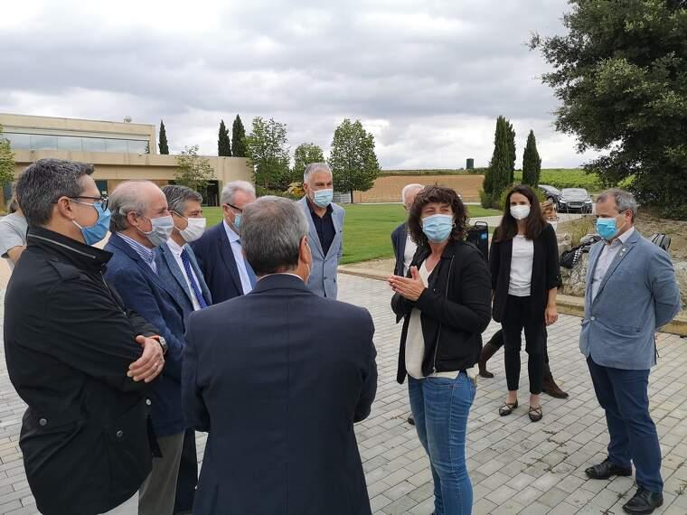 La consellera Jordà amb els representats de les patronals del vi català