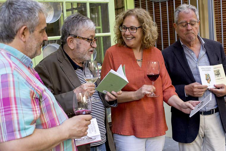 Montse Serra amb tres dels autors de la col·lecció Envinats