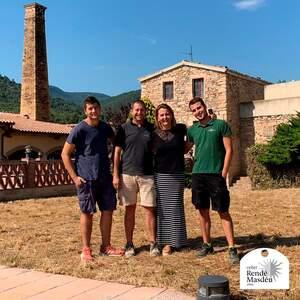 La família Rendé Roig davant de les noves instal·lacions