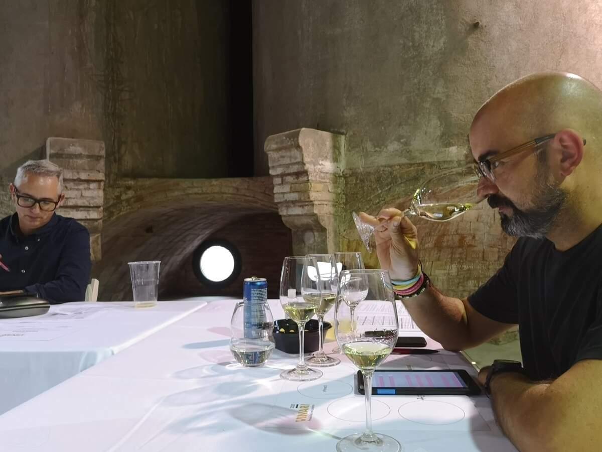 Xavier Bassa i Josep Pelegrín en un moment del tast final dels Premis Vinari a Rubí