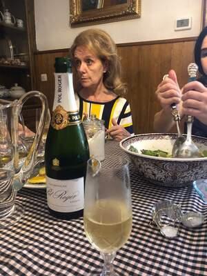 L'ex consellera de cultura en família brinda amb xampany francès pel seu cessament