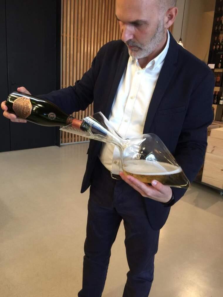 Jordi Bort decantant una ampolla de Llopart abans de convertir-se en el seu director general