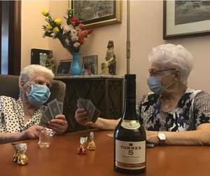 Elvira i Maria amb la seva ampolla de Torres 5