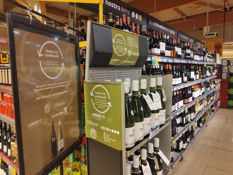 Ampolles de Viña Sol de Torres en ampolles reutilitzades en un supermercat Caprabo