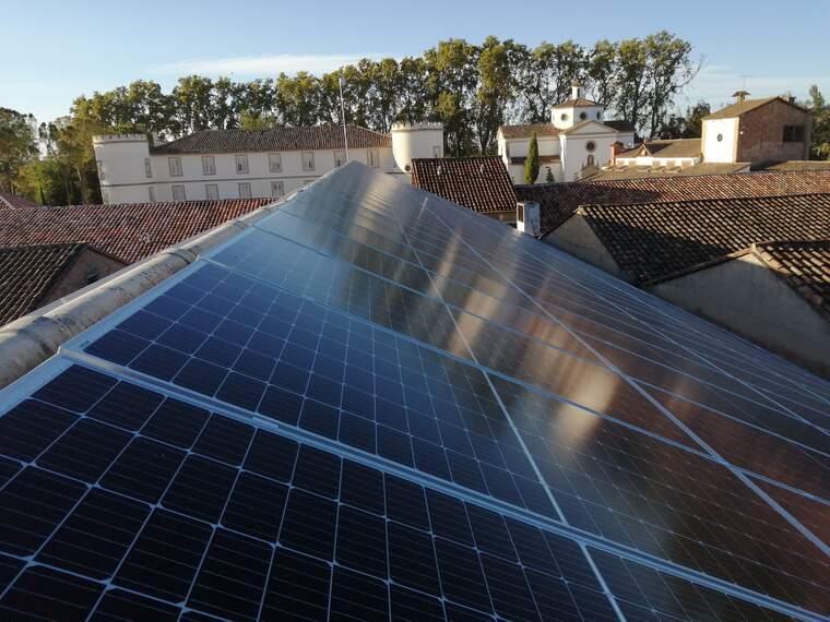 Els panells fotovoltàics que abastiran d'energia elèctric al celler Castell del Remei