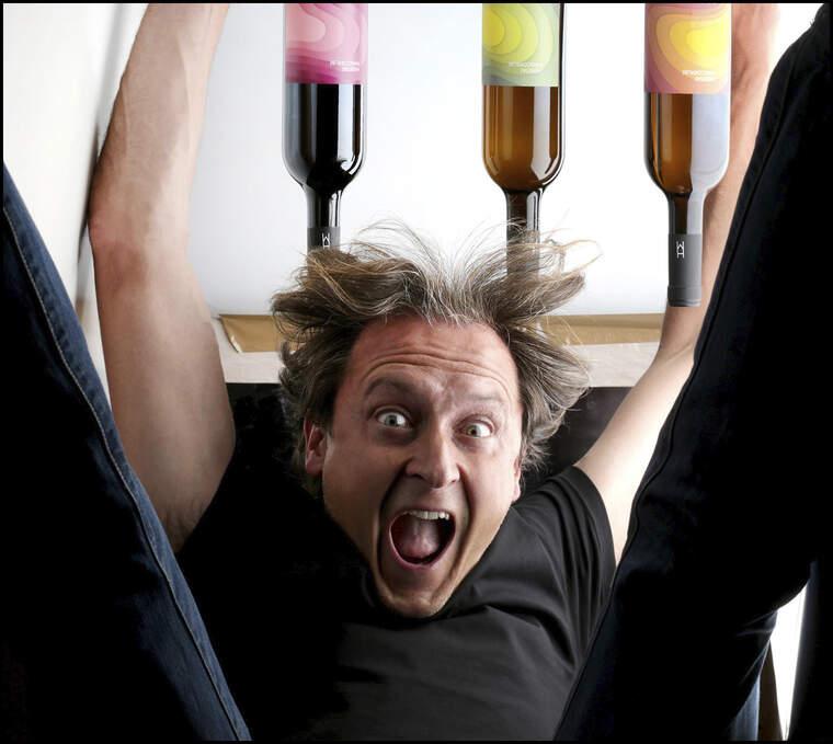 Jordi Play és el fotògraf del llibre Cellers d'Or dels Premis Vinari i l'editorial Larousse