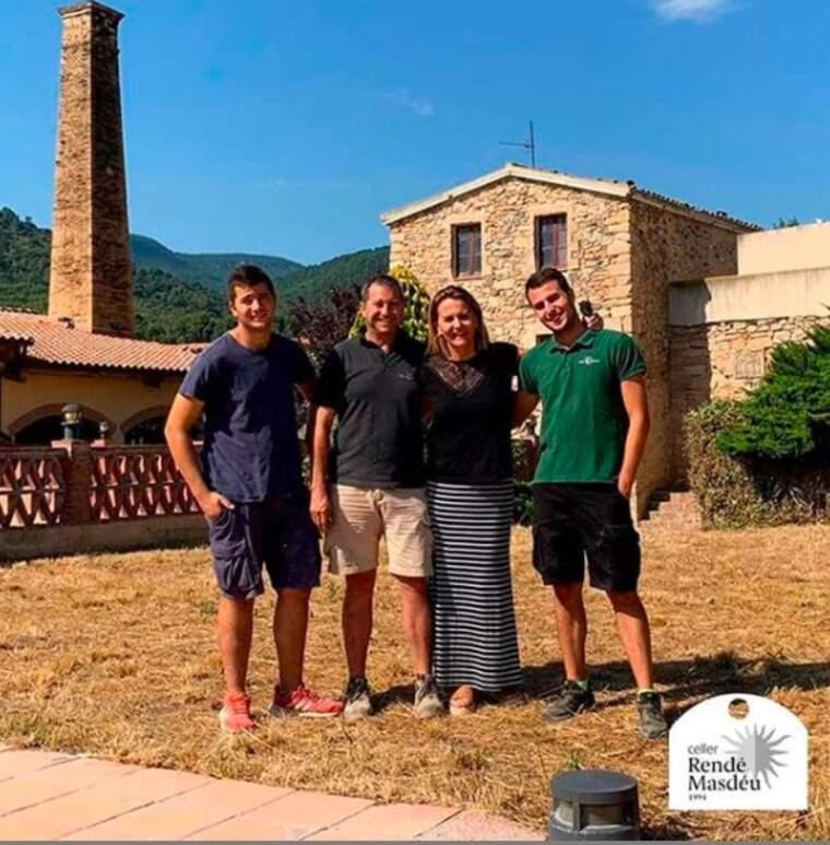 La família Rendé Masdéu davant de les instal·lacions del nou celler