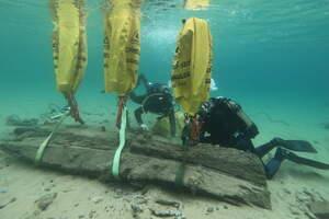 Trasllat d'un fragment del vaixell d'època contemporània descobert a la platja del Racó