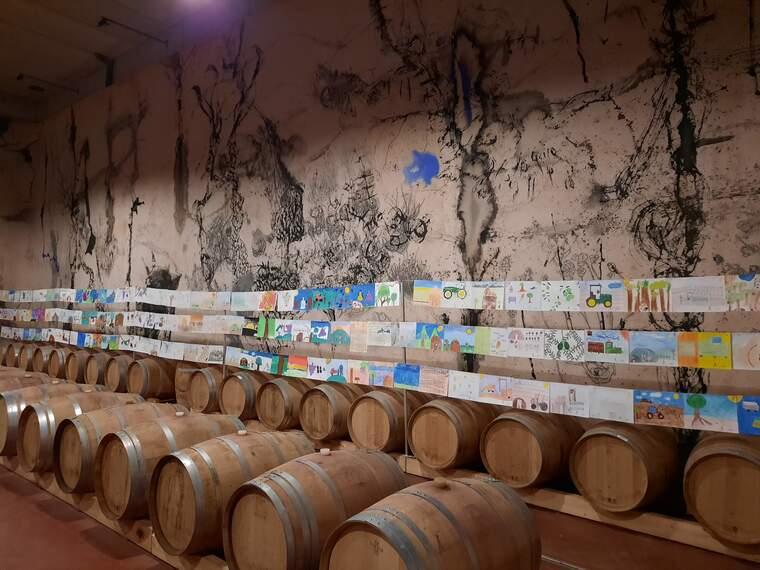 Les pintures que participen a l'onzè concurs infantil de Mas Blanch i Jové a la sala de bótes del celler