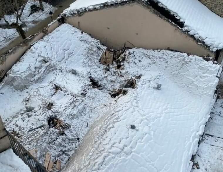 La teulada del celler Vall Llach enfonsada pel pes de la neu