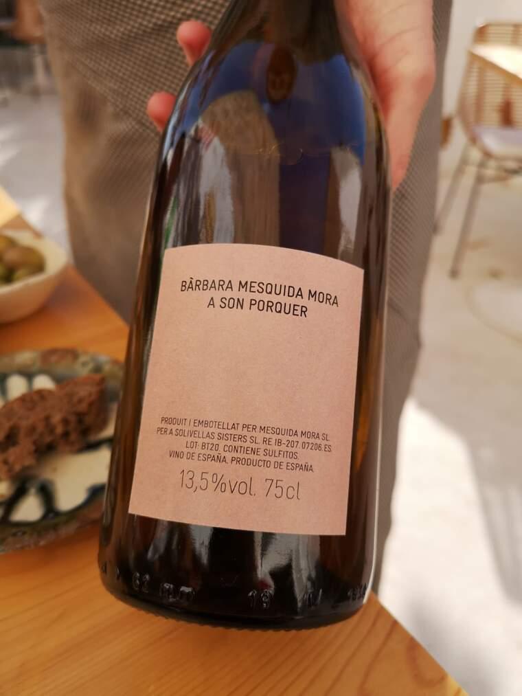 Totes les botelles expliquen a la contraetiqueta quin celler ha elaborat el vi, amb quina varietat i de quina vinya